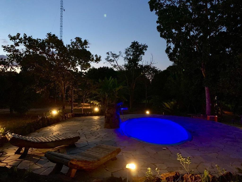 Piscina iluminada à noite no Shambala Piri