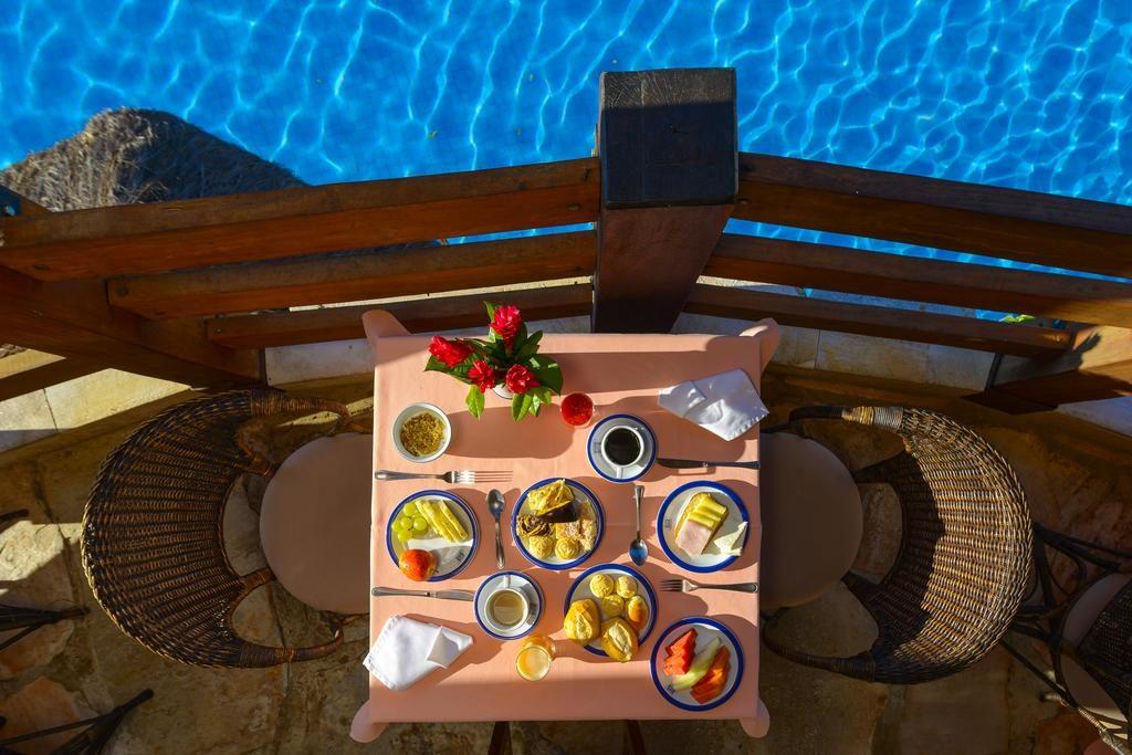 Café da manhã ao lado da piscina na Pousada dos Pireneus