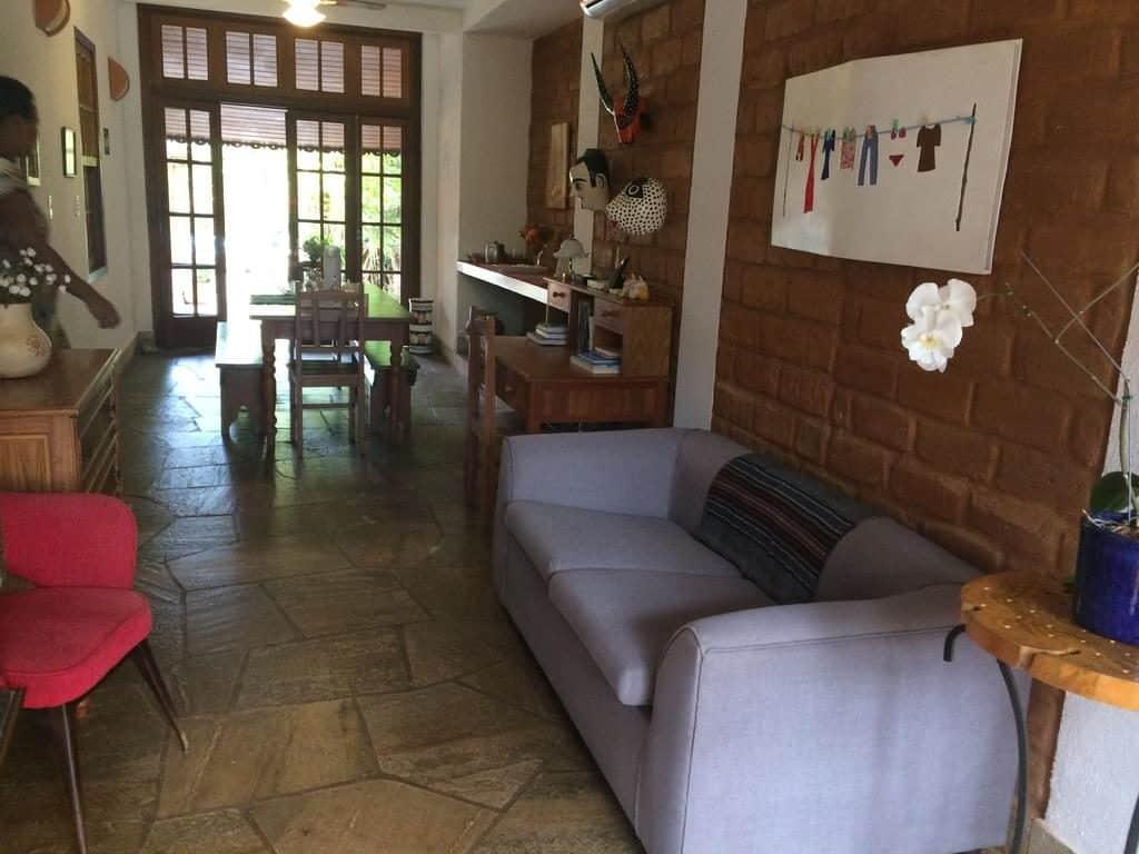 Sala de estar com sofá na Pousada Pouso 22 em Pirenópolis