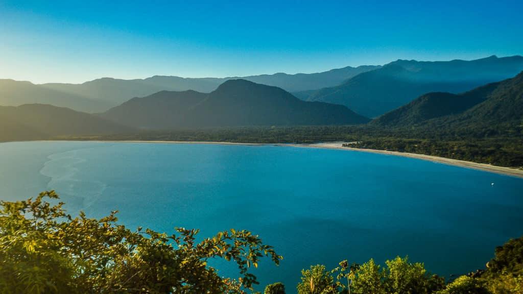 Uma das melhores praias de Ubatuba é a Praia do Ubatumirim, tranquila e afastada do centro e separada da Praia do Estaleiro por um rio.