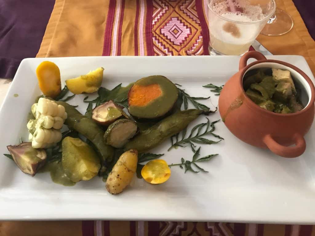 Alimentos pachamanca prontos no prato após o preparo no forno montado na terra, experiência do Sumaq Machu Picchu