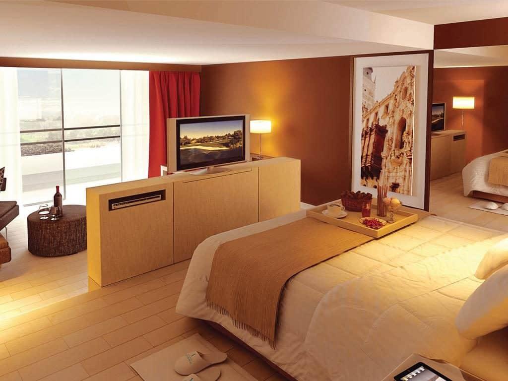 Foto de suíte do Los Incas Lima Hotel, com café da manhã na bandeja e TV plana, indicação para lua de mel em Lima.
