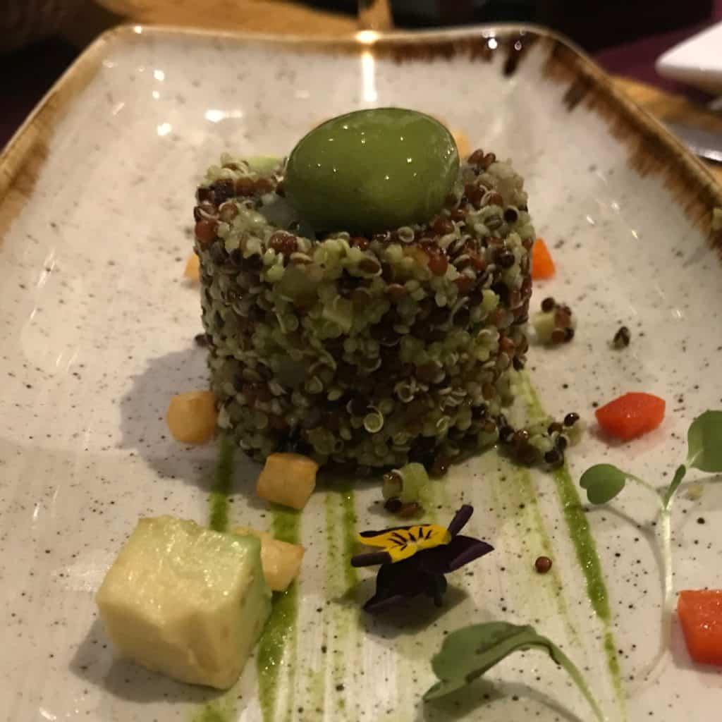 Prato do menu degustação, quinoa com pesto de ervas