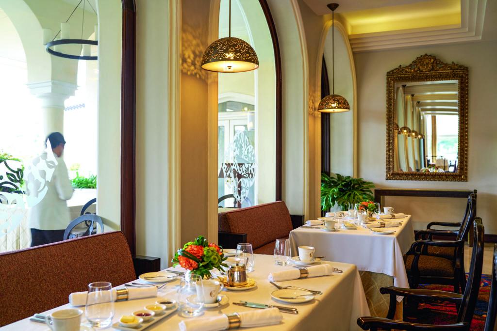 Foto de mesas internas no restaurante Perroquet, do Country Club Lima Hotel.