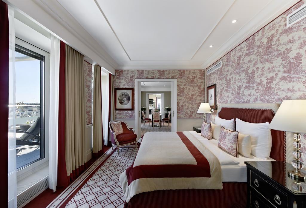 Vista de quarto de casal do Hotel Sacher Wien, com decoração vermelha