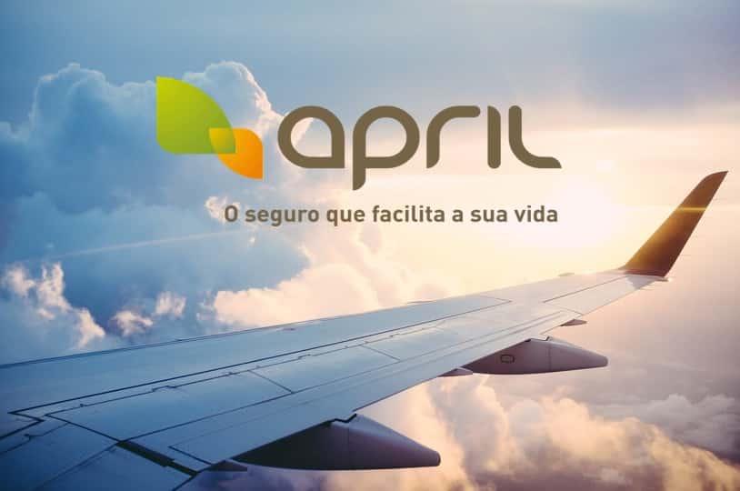 seguro viagem april é bom - foto com logo da seguradora e asa do avião.