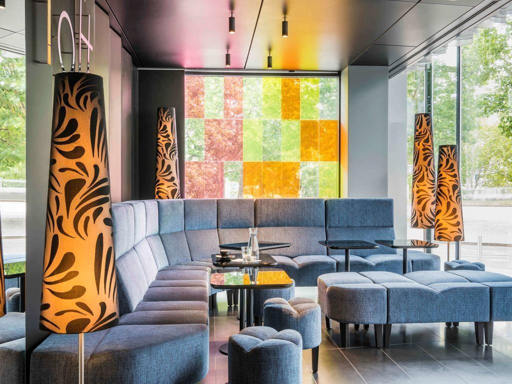 Área com sofá e mesinhas no SO/ Hotel em Viena
