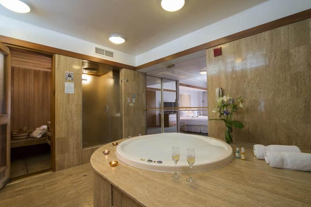 Hidro e sauna exclusivas em quarto de luxo no Sonesta Hotel