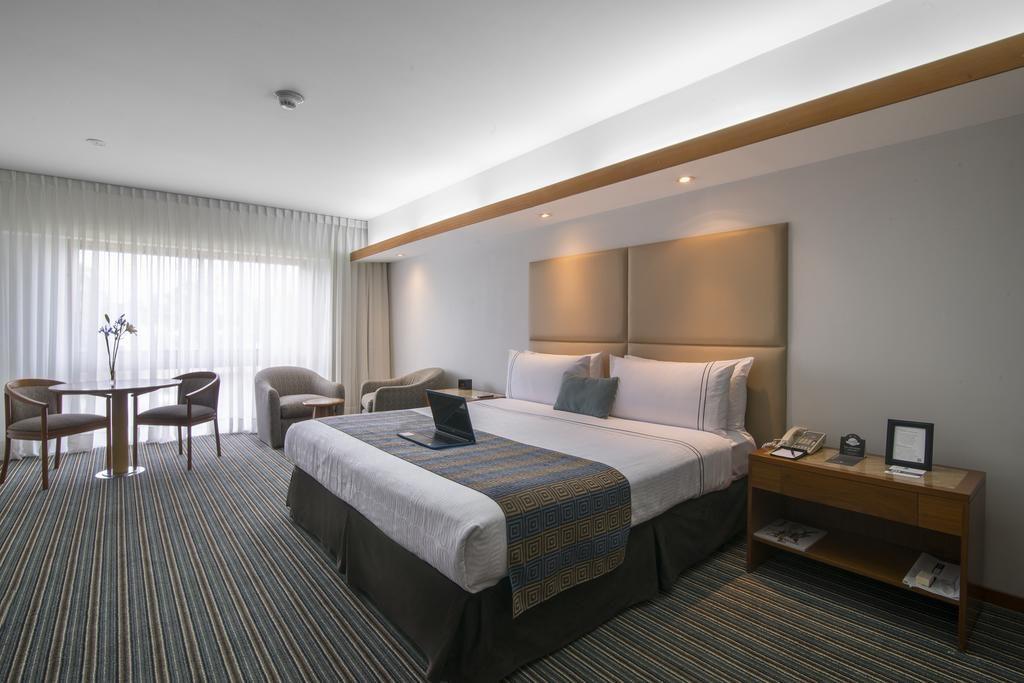 Quarto amplo no Sonesta Hotel El Olivar, um dos hoteis de luxo em Lima