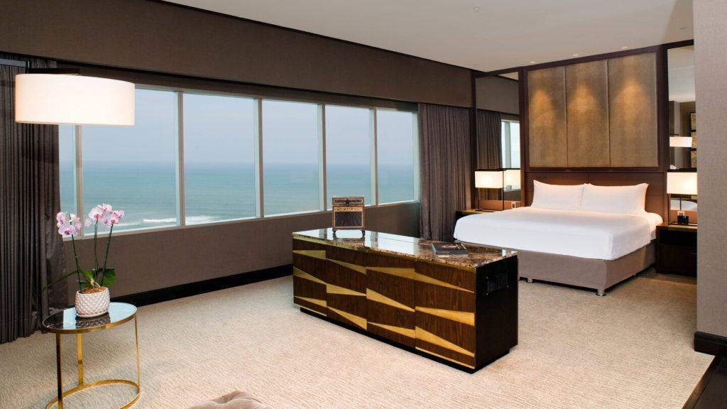 Quarto espaçoso e confortável no JW Marriott Hotel Lima