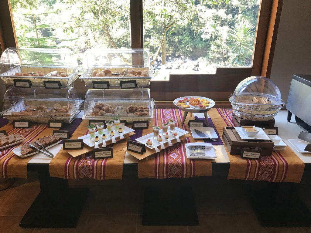 A mesa de pães, bolos e doces do café da manhã no Sumaq