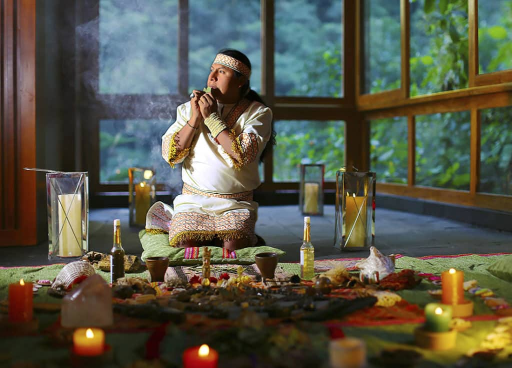 Xamã em ritual Pago a la Tierra para Pachamama no Sumaq