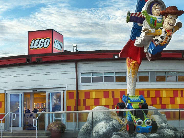 A entrada da The Lego Store com os personagens do Toy Story