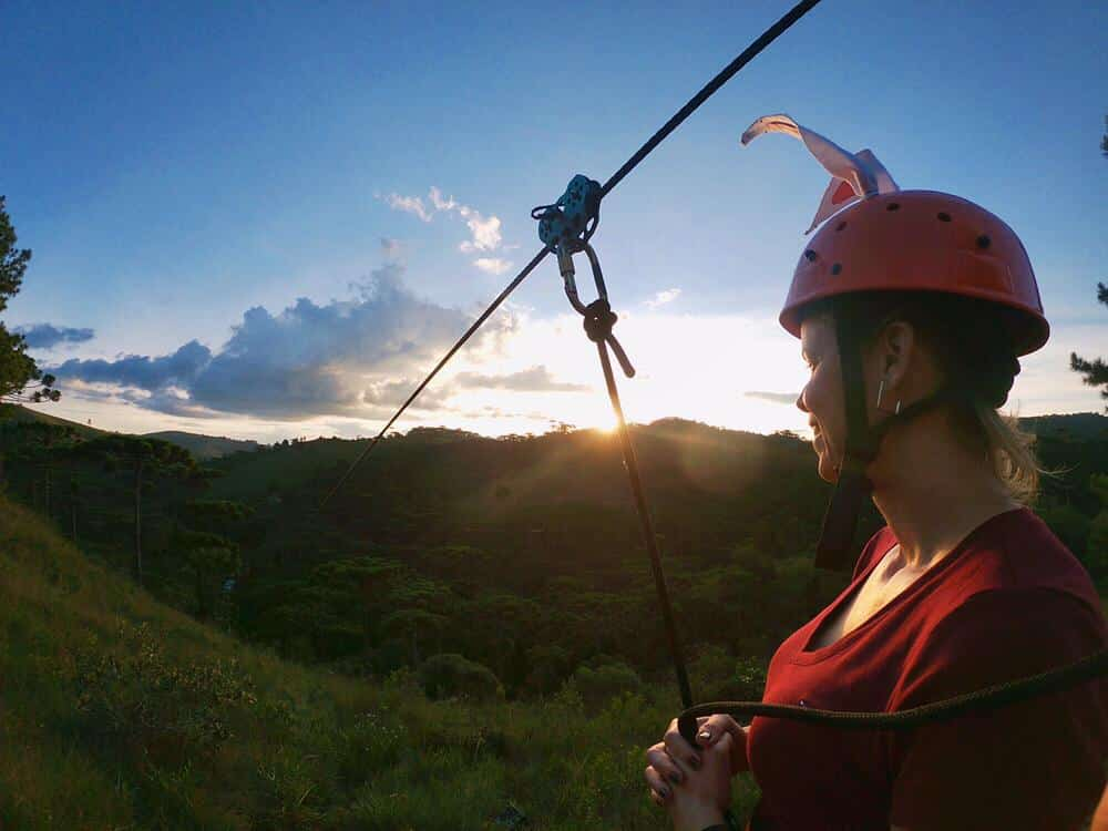 Foto com mulher em tirolesa do Horto Florestal em Campos do Jordão