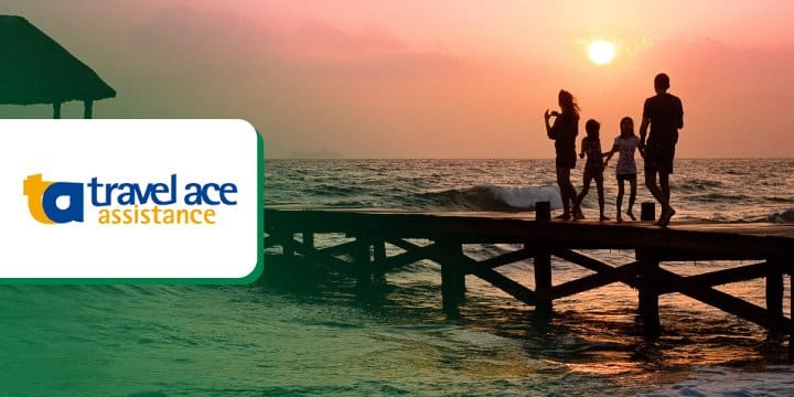 Logo da Travel Ace Assistance em foto de família em pier durante o pôr do sol.