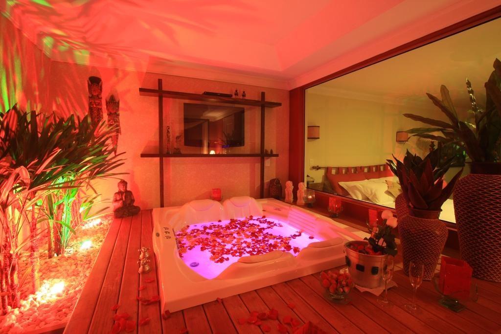 Banheira romântica com pétalas de rosas no Varanda das Bromélias Boutique Hotel, em Gramado.