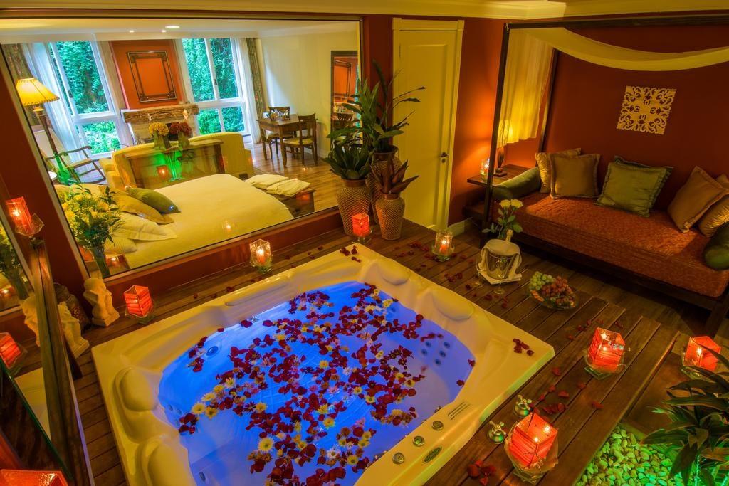 Quarto com banheira super romântico no Varanda das Bromélias em Gramado - lua de mel no brasil