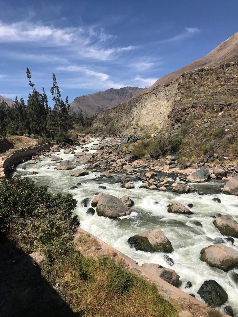 Rio na paisagem do caminho para Machu Picchu Pueblo