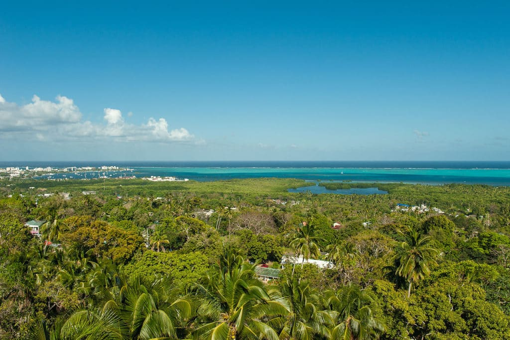 Foto da vista que se tem a partir do bairro La Loma, em San Andres, com o mar de sete cores ao fundo.