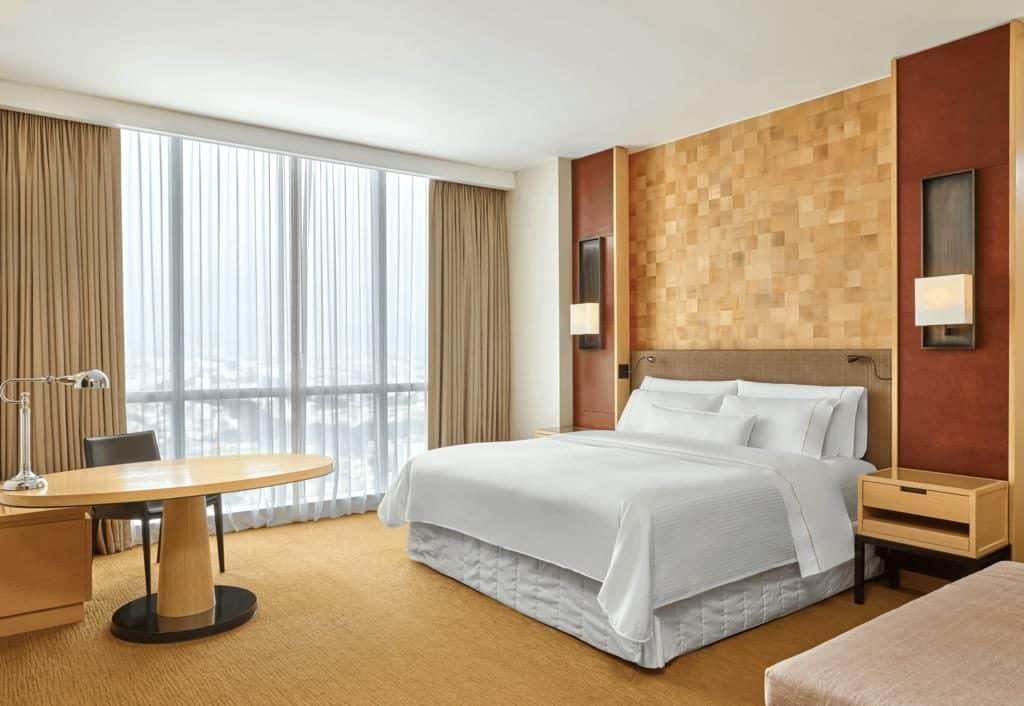 Foto de quarto com decoração de cores amenas em um dos melhores hoteis de luxo em Lima, o The Westin