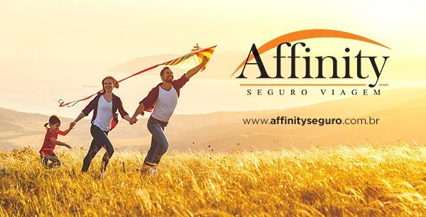 Imagem de família em divulgação da Affinity Seguro Viagem