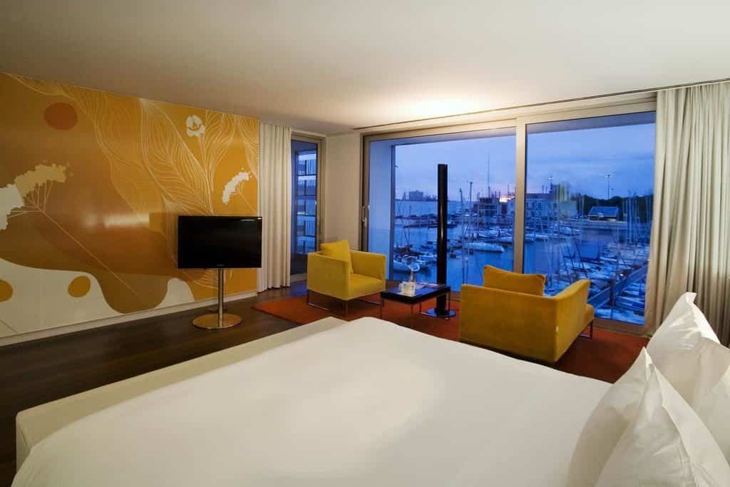 Quarto do luxuoso Altis Belém Hotel & Spa com vista para o Rio Tejo