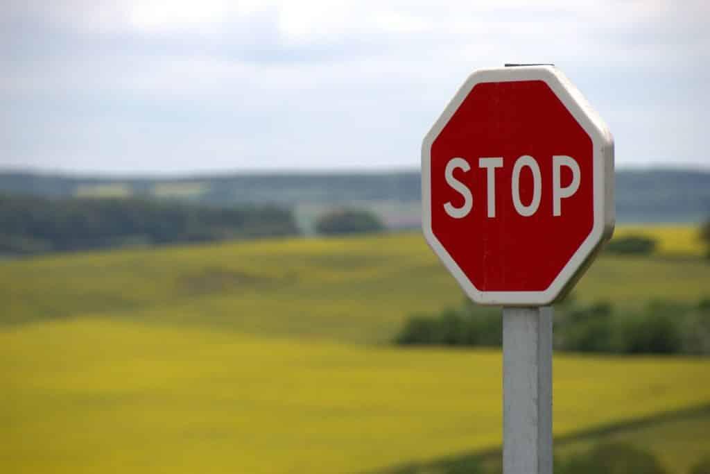 Placa de pare nos EUA - dica de sinalização de trânsito no post sobre aluguel de carros em Fort Lauderdale