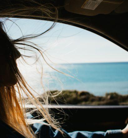 Foto de mulher em carro ao lado de mar na capa do post sobre aluguel de carros em Fort Lauderdale