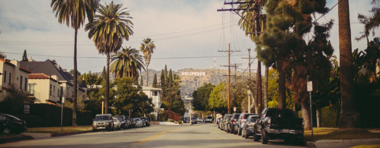 Foto de rua em Los Angeles com placa de Hollywood ao fundo