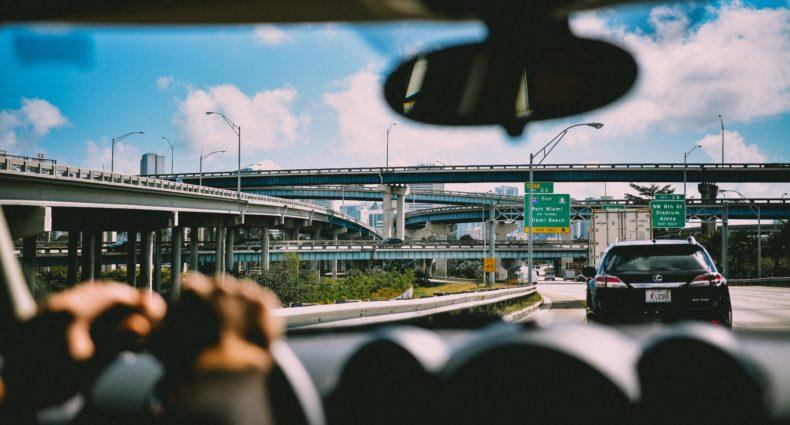 Foto de carro em rodovia de Miami, nos Estados Unidos.