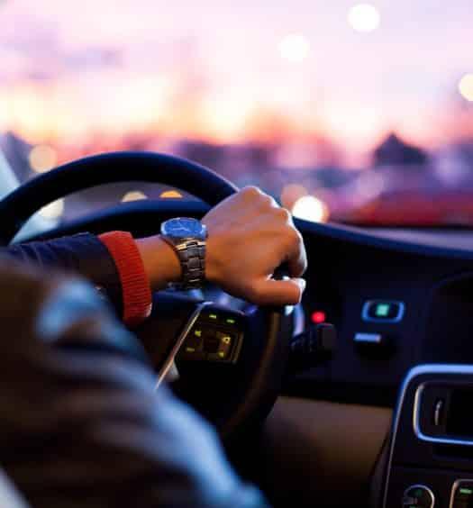 Pessoa dentro de carro no texto sobre aluguel de carro Orlando, nos EUA