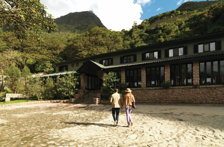 O hotel Belmond em meio às montanhas andinas.