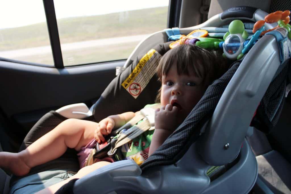 Criança em cadeirinha de carro, exigência para transportar menores de 12 anos nos EUA, que deve ser cumprida em caso de aluguel de carro Los Angeles