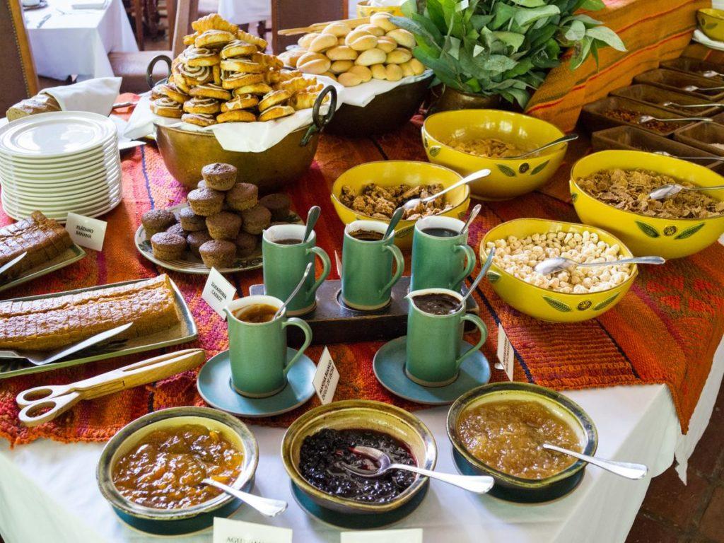 Café da manhã farto no Inkaterra Machu Picchu Pueblo Hotel, para uma boa lua de mel em Machu Picchu