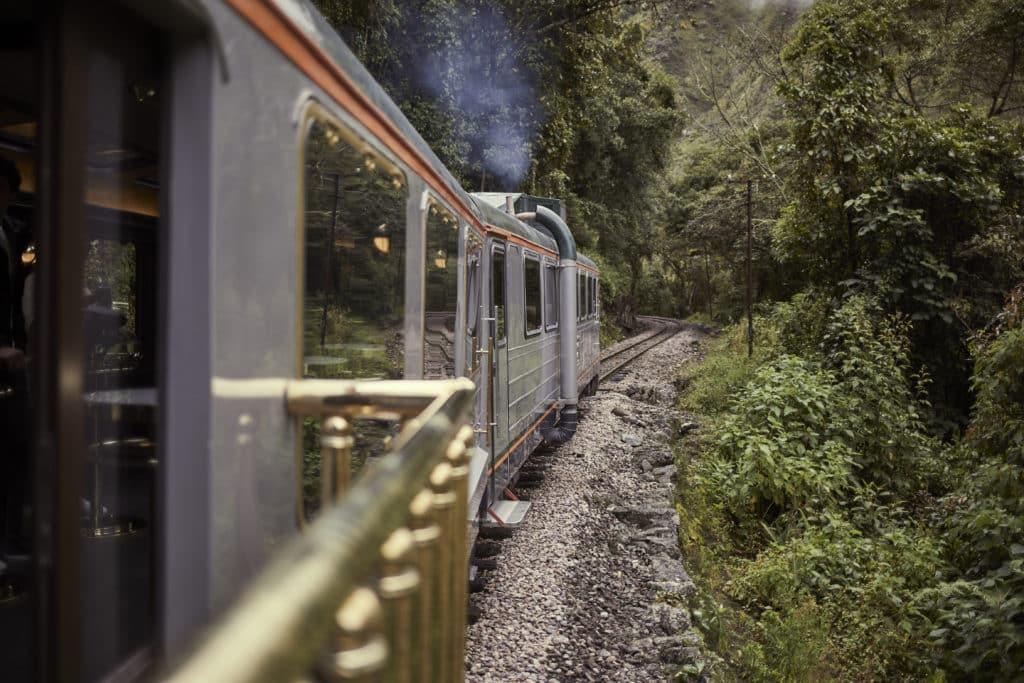 Foto de trem da Inca Rail nos trilhos do caminho de como chegar em Machu Picchu