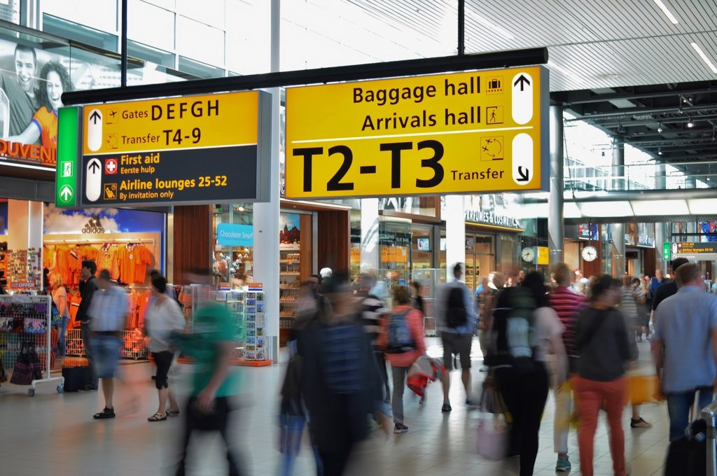 Aeroporto com pessoas andando