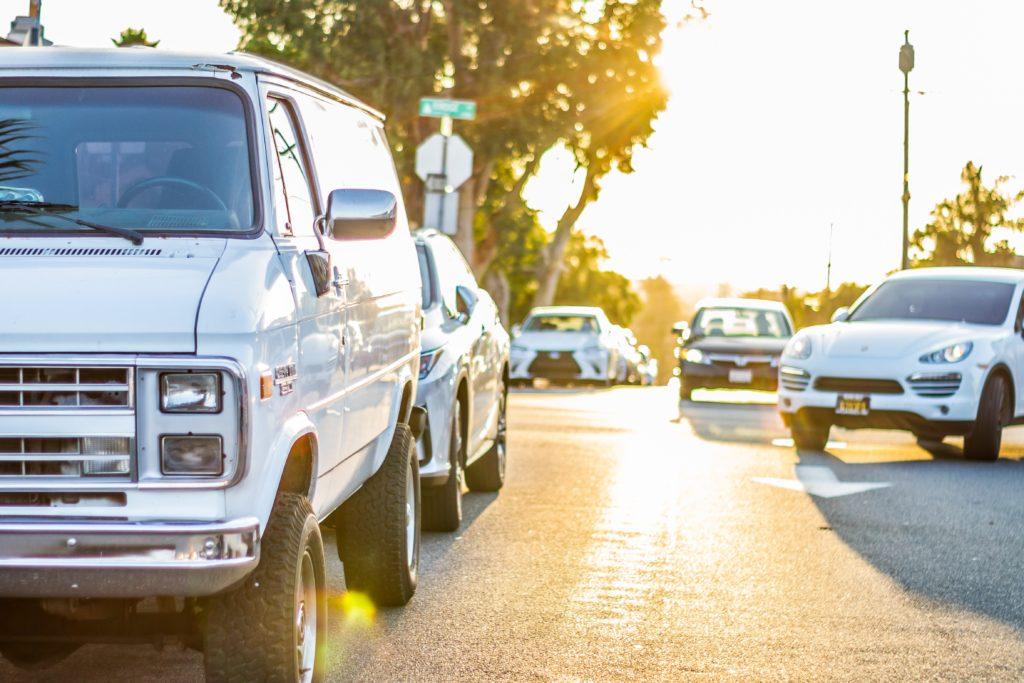 Foto com diversos modelos diferentes de carro - opções para um aluguel de carro em Los Angeles