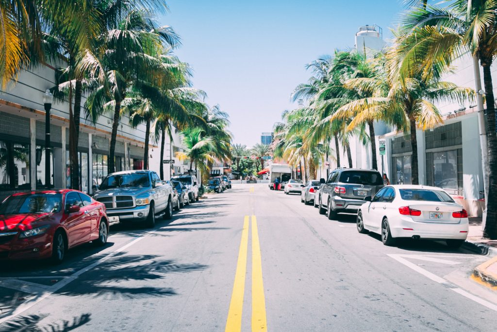 Foto de carros estacionados em rua de Miami Beach ilustrando post sobre aluguel de carros em miami