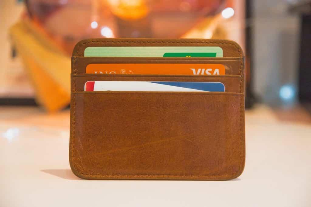 Foto de carteira com cartões de crédito, uma opção para o seguro de aluguel de carro em Orlando