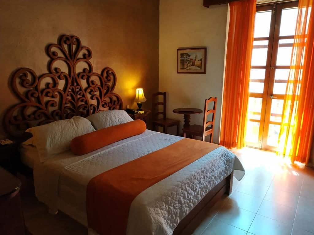Quarto casal laranja Casa India Catalina