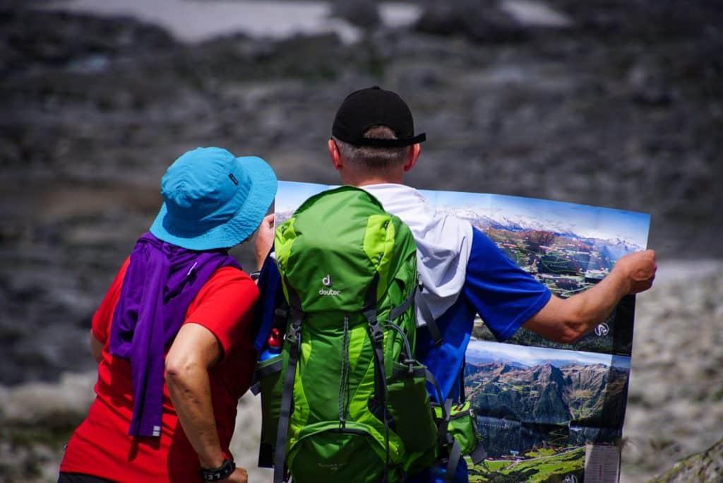 Casal conferindo mapa para trekking em viagem que pode ser de lua de mel em Machu Picchu