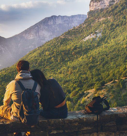 Foto de casal em montanha arborizada durante lua de mel em Machu Picchu