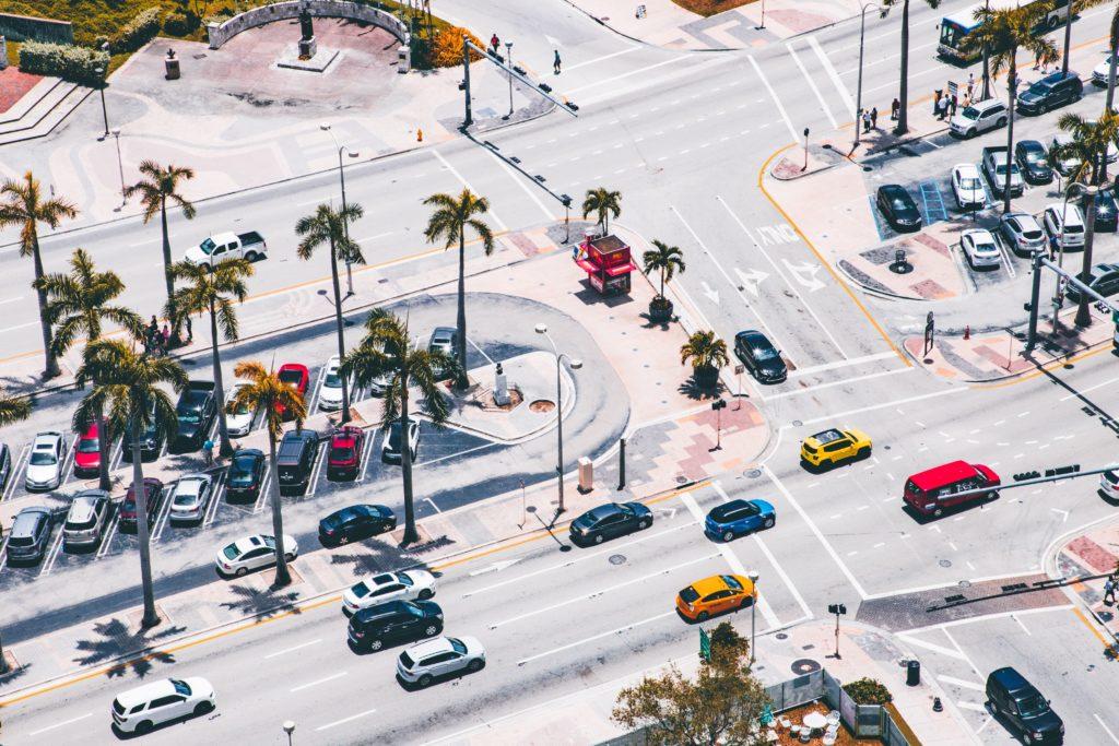 Foto do centro de Miami com carros coloridos e vagas de estacionamento