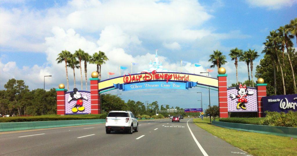 Foto de estrada que leva aos parques da Disney, boa ideia para ir com veículo de aluguel de carro em Orlando