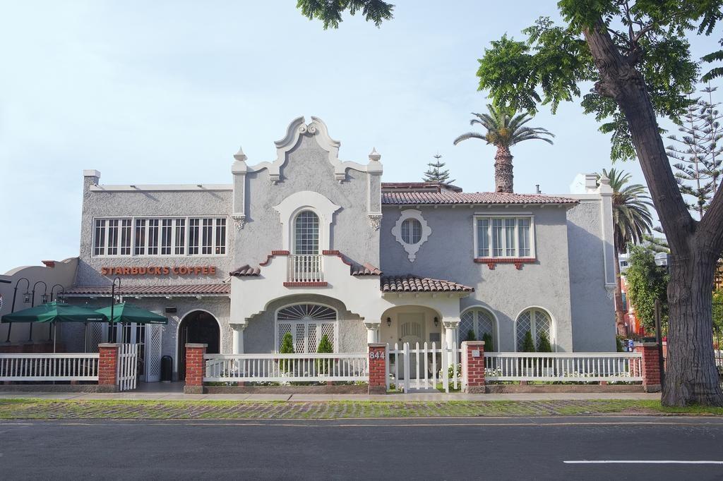 Fachada do hotel boutique Quinta Miraflores com Starbucks adjacente
