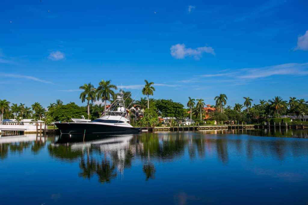 Foto de área com água e barco em Fort Lauderdale