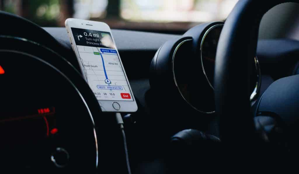 Celular preso em carro, com GPS ligado - dica para economizar com o aluguel de carro em Los Angeles