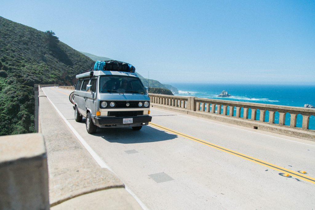 Van passando em estrada conhecida como Highwat 1, nos EUA - aluguel de carro em Los Angeles