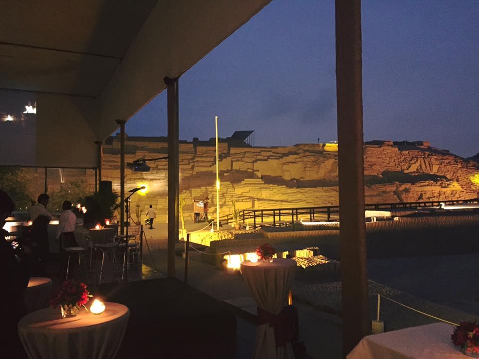 Foto de dentro do restaurante Huaca Pucllana com vista para o sítio arqueológico