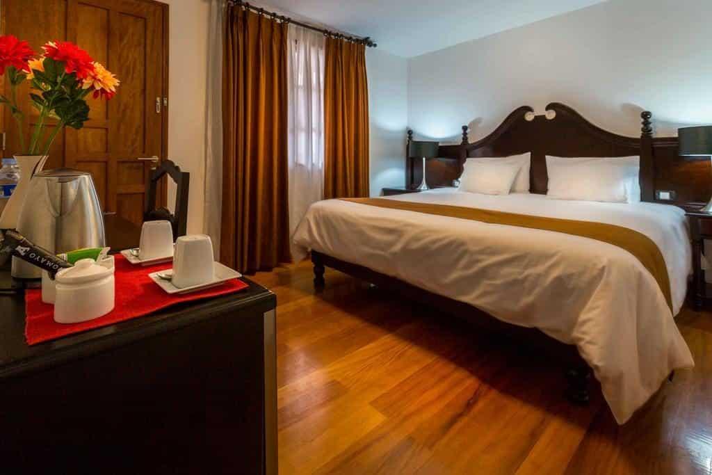 Quarto do Illa Hotel, opção onde ficar em Machu Picchu, com cama e mesinha para café